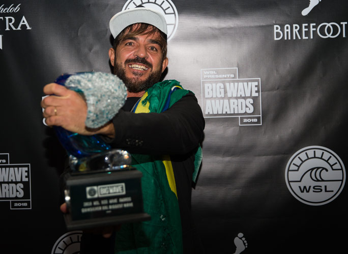 Rodrigo Koxa with his Quiksilver award. Copyright: World Surf League